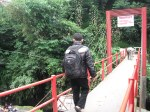 My Husband, bersiap menuju Puncak nya Guci .... menyebrangi Jembatan Merah